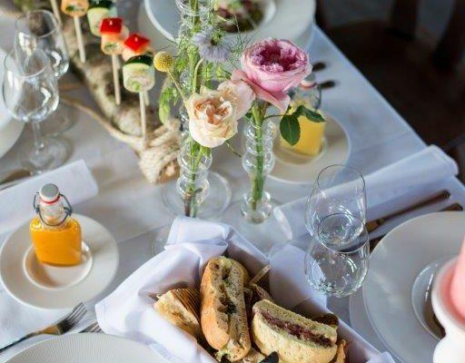 wedding bruiloft dinertafel tablesetting tafelstyling met bloemen en kaarsen