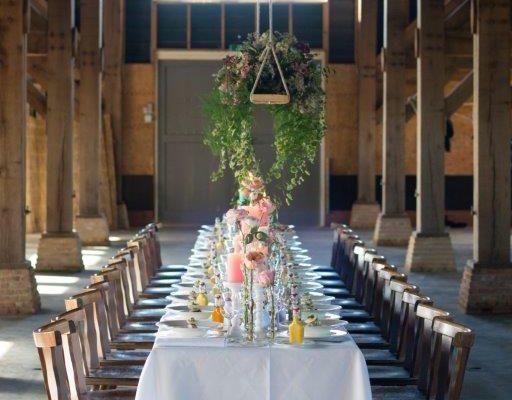 wedding bruiloft dinertafel tablesetting tafelstyling met bloemen en kaarsen schaapskooi jullie feestje