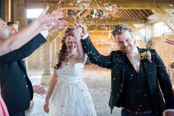 bruidspaar celebrate jullie feestje lente bruiloft geloften confetti gooien afscheidinner