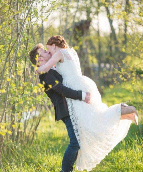 bruidspaar bedankfoto celebrate jullie feestje lente bruiloft