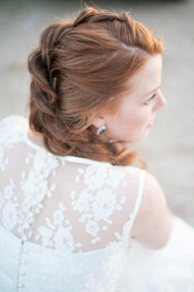 bruid kanten jurk opvlecht trouwkapsel